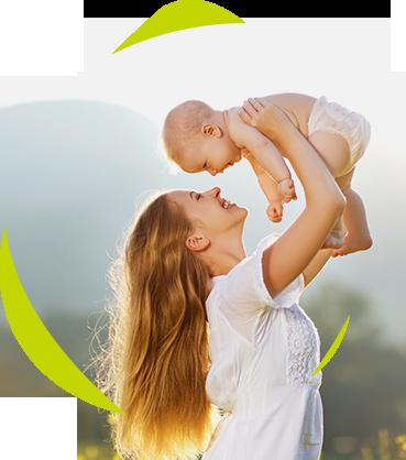 une maman joue avec son bébé
