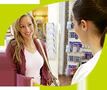 une pharmacienne conseille une cliente